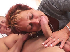 He fucks short-haired mature chick on the floor